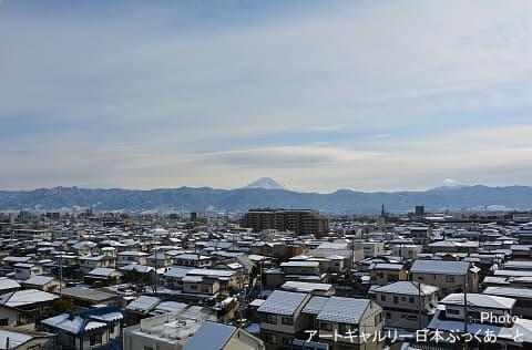 湯村温泉エリアから甲府盆地。正面に見えるのは富士山です。
