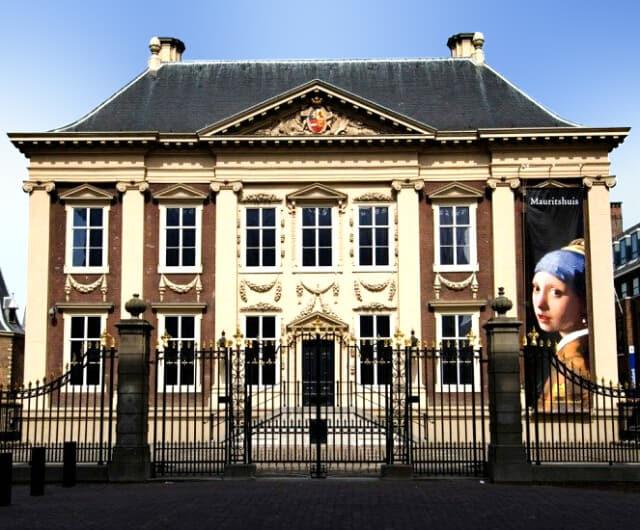 マウリッツハイス美術館の外観。17世紀に建てられた貴族の館。白い壁にブルーの屋根。