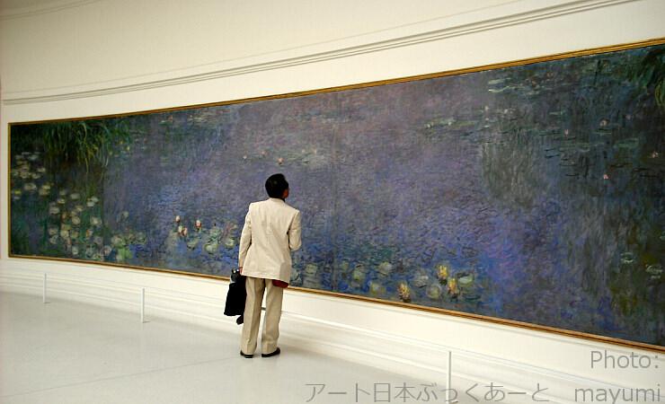 パリ・オランジュリー美術館内にてモネ「睡蓮」と日本ぶっくあーと代表・太田